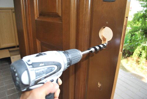 今回は木製ドアにサムラッチ錠 ...