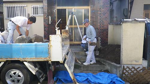 自転車の 自転車出張修理大阪 : 不要な土や石を除去しています ...